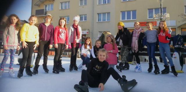 Lekcja wychowania fizycznego na lodowisku